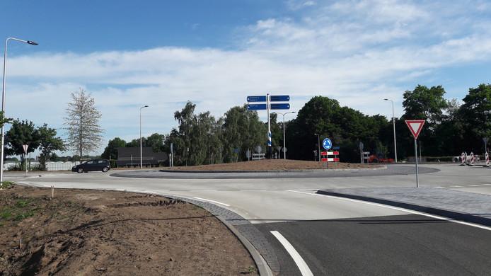 Nieuwe rotonde Heesakkerweg-Beatrixlaan in Asten.