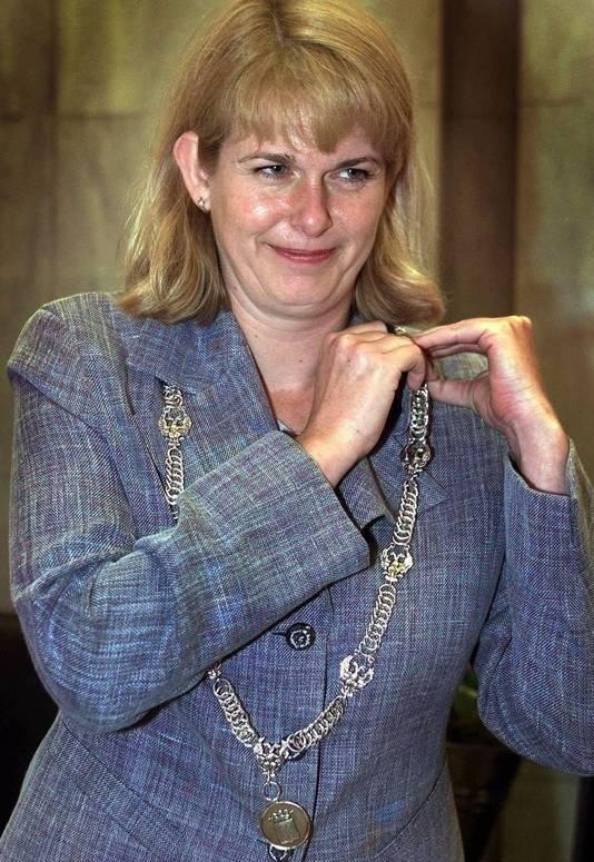 Pauline Krikke schikt haar ambtsketen bij haar installatie als burgemeester van Arnhem, in maart 2001.