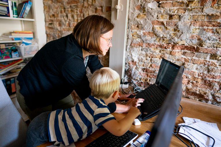 Sietske Knüppe, met een van haar kinderen, thuis aan het werk.  Beeld Freek van den Bergh / de Volkskrant