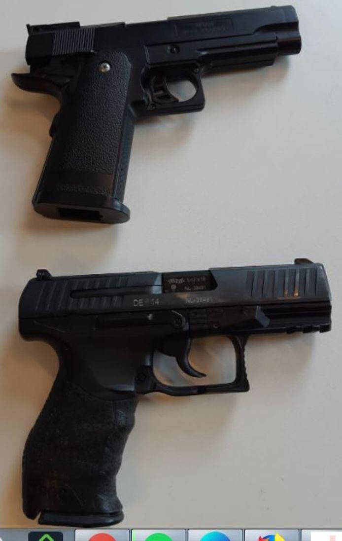 De twee vuurwapens zijn volgens de politie niet van echt te onderscheiden.