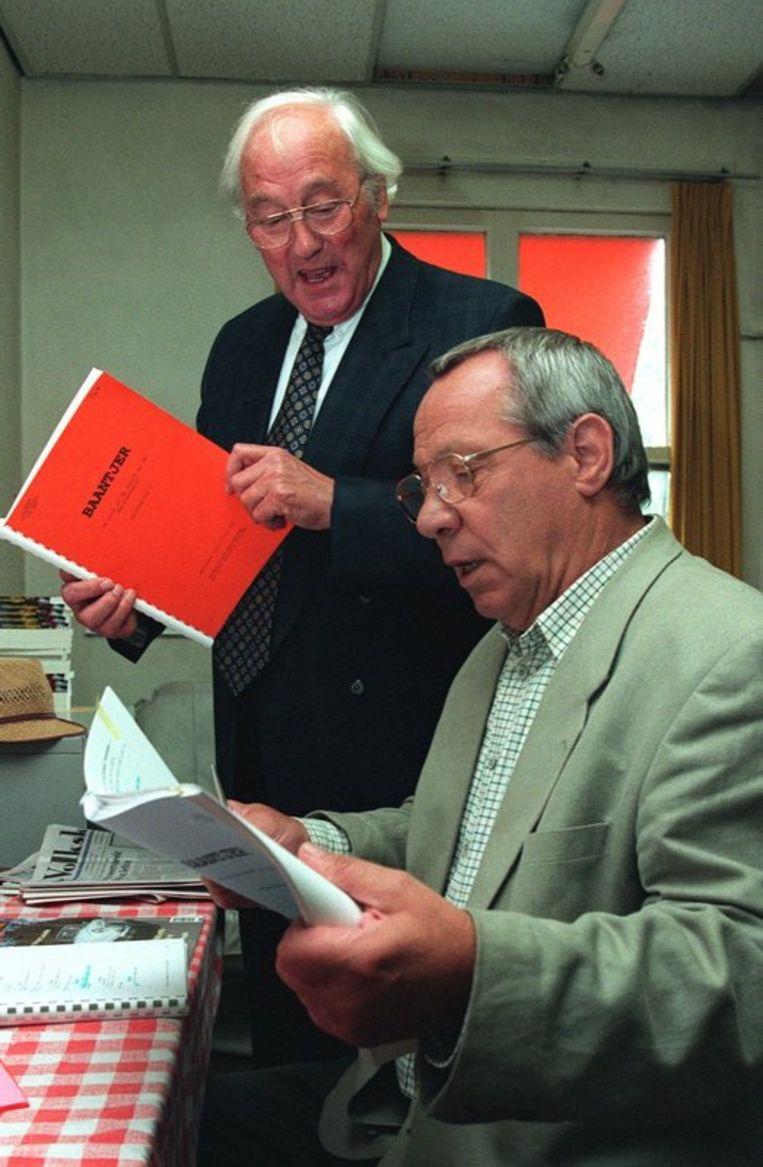 Baantjer ontmoet Romer. Appie Baantjer de succesvolle schrijver van detectives, bracht in 1996 een bezoek aan de filmset. Beeld