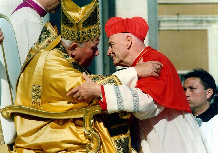 Paus Johannes Paulus II (L) omhelst de Amerikaanse kardinaal Theodore McCarrick in 2001.  Beeld Hollandse Hoogte / EPA