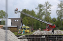 De brandweer haalde de man uit de bouwput.