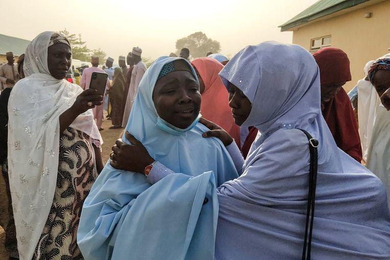 Vrijgelaten meisjes in het noordwesten van Nigeria vallen in de armen van hun familie. Beeld Hollandse Hoogte / AFP