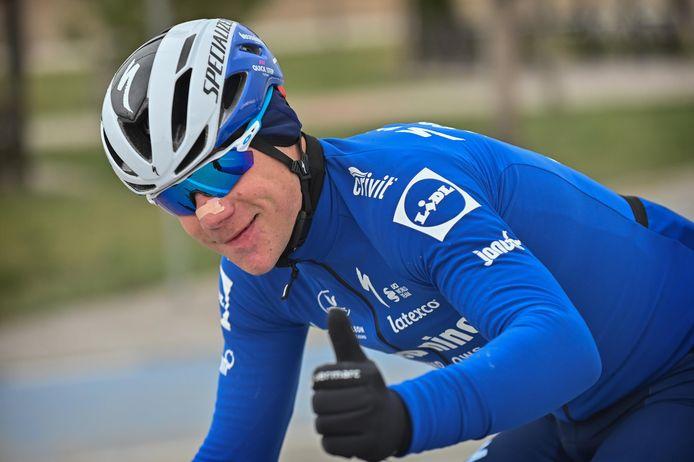 Fabio Jakobsen steekt de duim omhoog. Zijn eerste rit in Turkije verliep vlekkeloos.