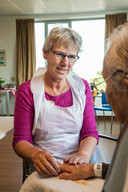 Aletta de Vries, vrijwilligster, geeft handmassages