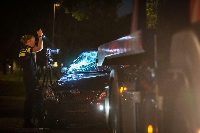 De politie deed uitgebreid onderzoek bij de auto die betrokken was bij de aanrijding.