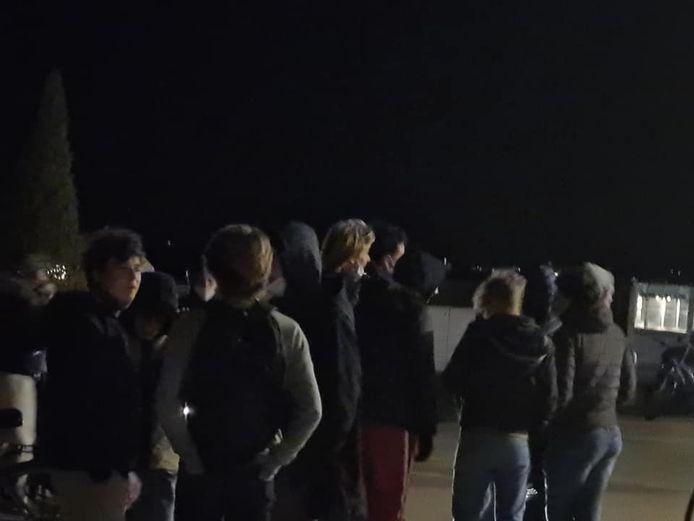 Heel wat jongeren troepen samen in Knokke. Overdag op het strand, 's avonds op de zeedijk