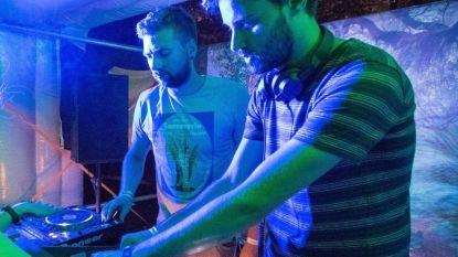 VIDEO: Twee Aalstenaars organiseren feestje in Dixi-toilet en gaan viraal