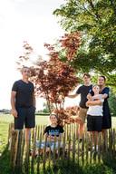 De familie Vallina Griera op het domein van de Abdij van Vlierbeek. Aan de Chirolokalen werd een boom voor Arthur geplant. Hier kunnen familie en vrienden herinneringen ophalen en een (nieuw) polsbandje met zijn naam op meenemen.