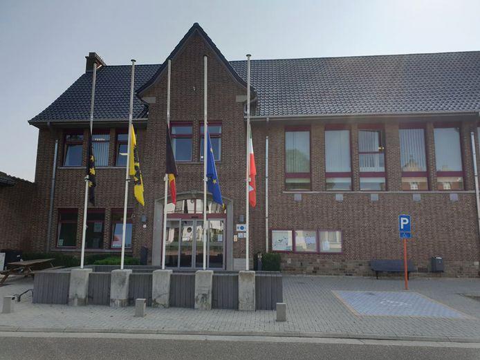 Aan het gemeentehuis van Geetbets hangen de vlaggen halfstok.