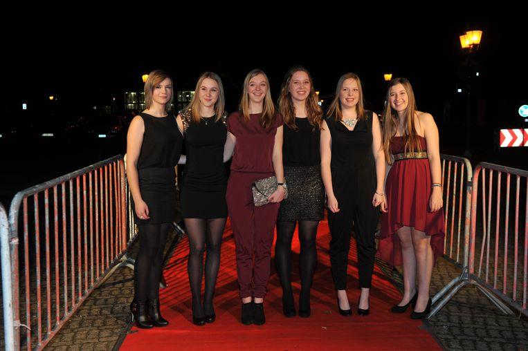 Leerlingen paraderen in gala-outfit over de rode loper voor cultuurcentrum De Kollebloem.