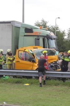 Snelweg A50 dicht na ernstig ongeluk, bestuurder moet uit bestelbus worden bevrijd