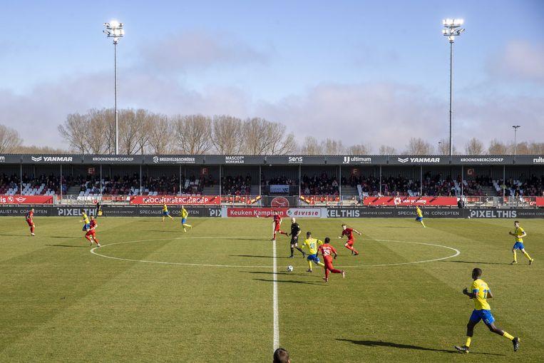 Supporters op de tribune tijdens de eerdere voetbalwedstrijd tussen Almere City FC en Cambuur. De wedstrijd viel onder de reeks van proefevenementen van Fieldlab. Beeld ANP