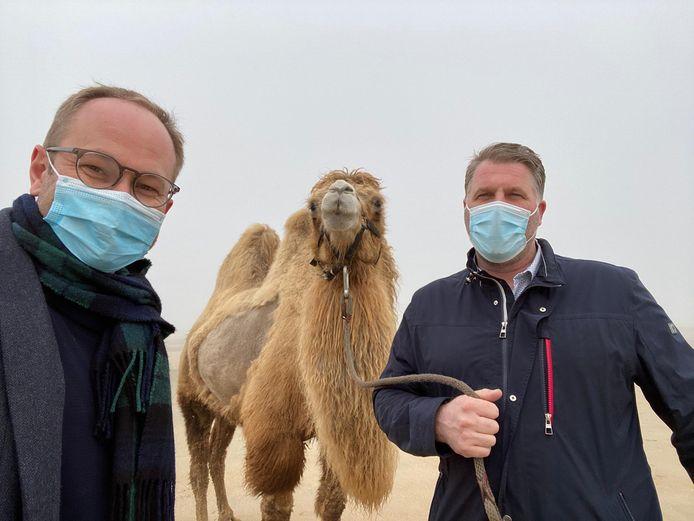 Schepen Wim Janssens nam een selfie met burgemeester Bram Degrieck en de kameel.