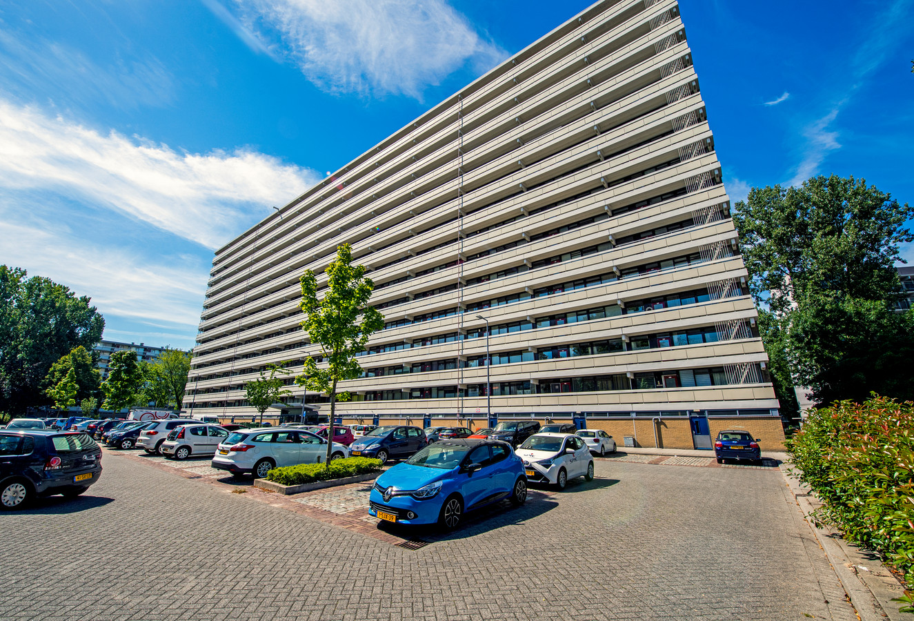 In Rotterdam-Ommoord worden flats gerenoveerd, zoals deze aan de Zernikeplaats. Havensteder ligt onder vuur bij de bewoners, de corporatie heeft beterschap beloofd.