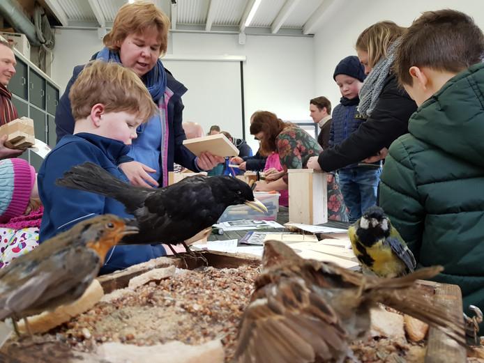 Ook vorig jaar mochten kinderen vogelhuisjes timmeren tijdens de Doedagen.