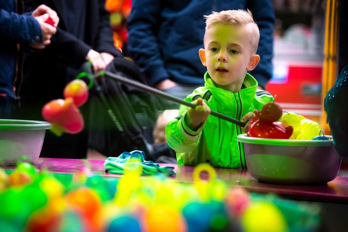 Het is kermis in Rijen. Voor de 4-jarige Thomas Braat betekent dat eendjes vissen en dat gaat hem zo te zien best goed af.