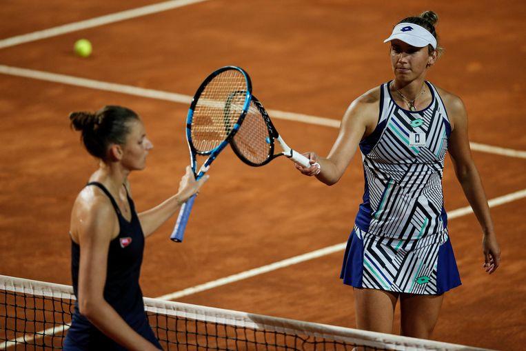 Elise Mertens (rechts) na afloop van haar partij tegen titelhouder Karolina Pliskova. (19/09/2020) Beeld EPA
