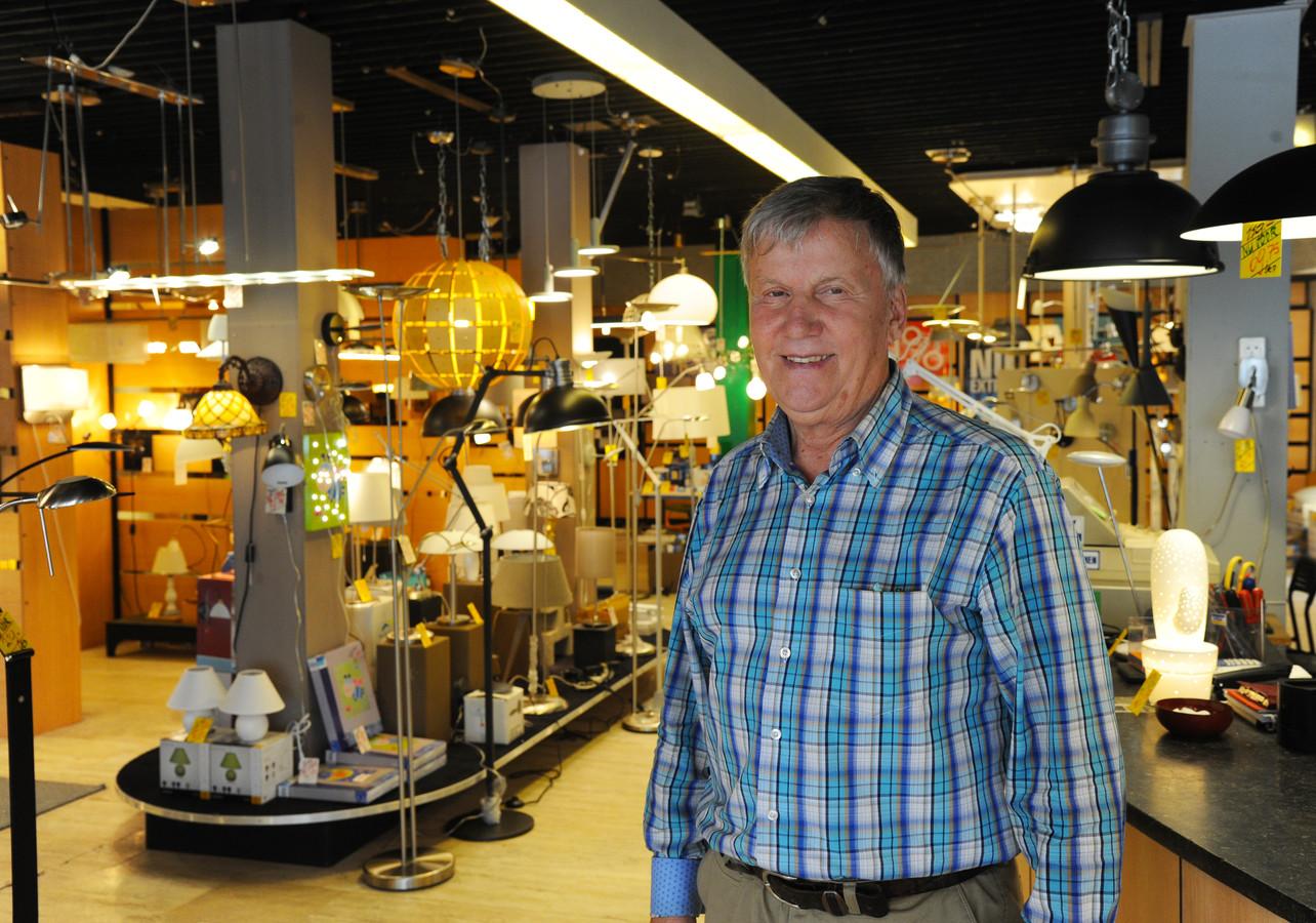 Luc Markies laat nog twee keer per week zijn licht schijnen in zijn verlichtingszaak  in de Walstraat, maar doet het licht over een half jaar definitief uit.
