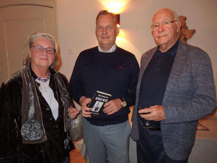 Willem de Liefde (oud-directeur Dräger/Afrika): 'Dumani wil een gemeenschap die in harmonie en vrolijkheid leeft.' Met links zijn vrouw Jansje en zoon Martijn Beeld Schuim