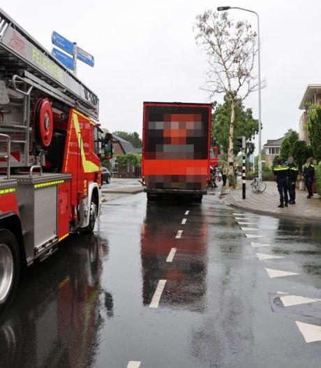 Fietsster zwaargewond bij aanrijding met vrachtwagen in Ede