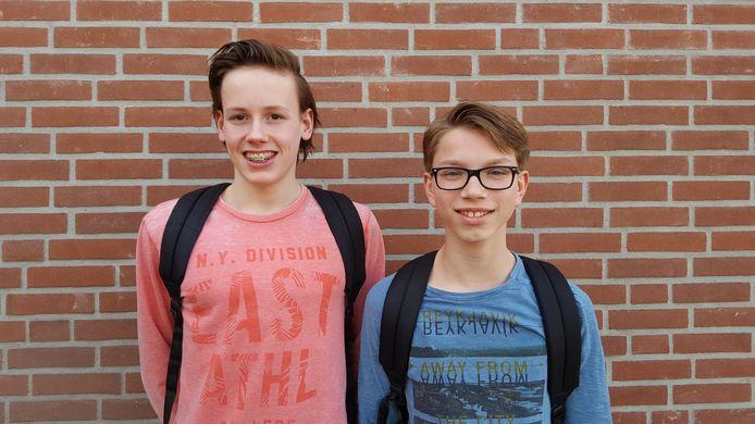 Sem de Goei (links) en Jules Bodegom hebben een reep Tony Chocolonely eerlijk gedeeld.