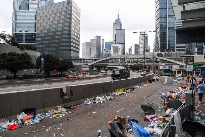Lege straten nadat de politie het centrum heeft schoongeveegd.
