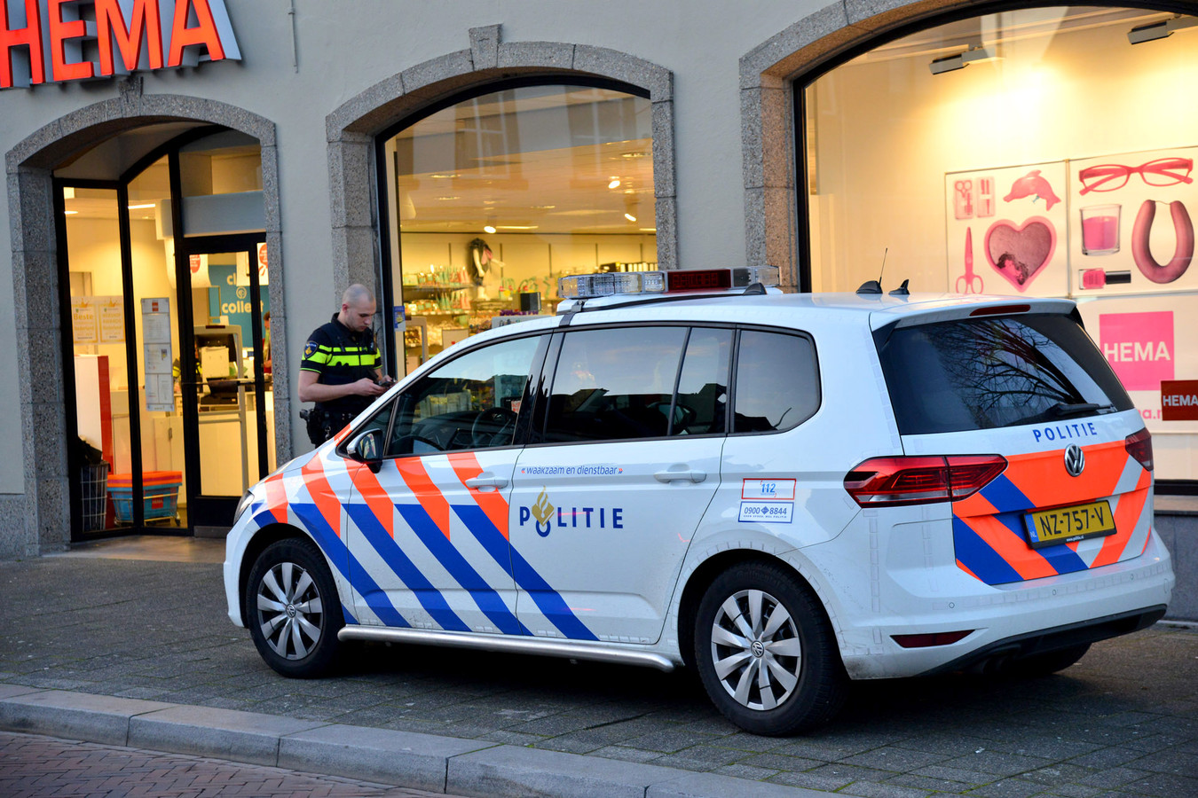 Gewapende overval op HEMA in Princenhage; politie zoekt dader. Foto Perry Roovers / MaRicMedia