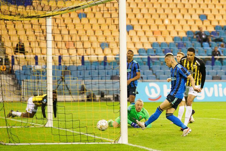 Antony scoort de 2-0 na goed voorbereidend werk van Jurgen Ekkelenkamp. Beeld Pro Shots / Jasper Ruhe