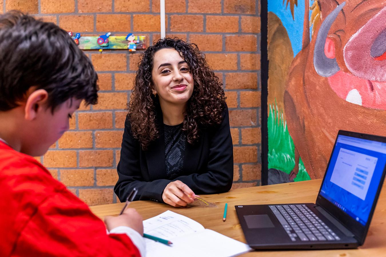 De 17-jarige Nour el Ghezaoui uit Utrecht tijdens huiswerkbegeleiding in Zeist. Ze is genomineerd voor de Young Impact Awards.