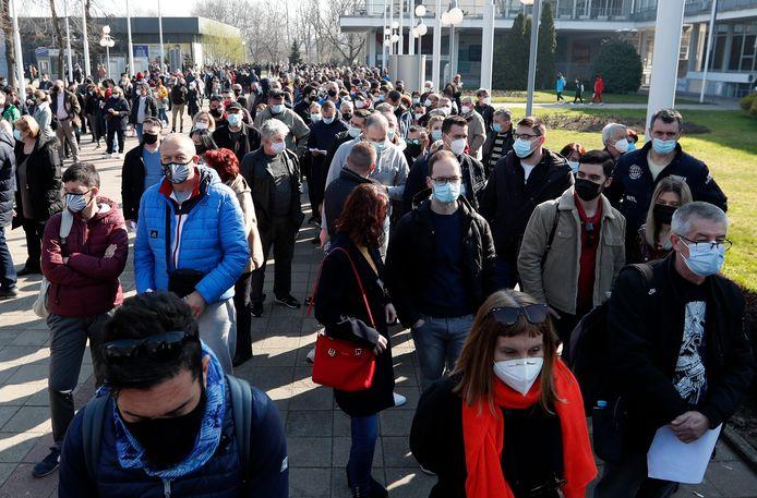Lange rijen bij het vaccinatiecentrum in Belgrado, waar buitenlanders worden ingeënt met het AstraZeneca-vaccin.