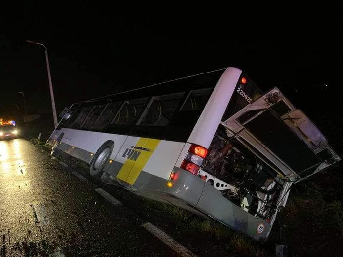 De bus belandde langs de N8 in Ophasselt in de gracht.