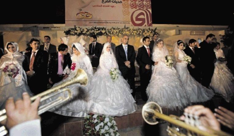 Ook bruiloften worden weer met alle toeters en bellen gevierd in de Iraakse hoofdstad. (FOTO'S AP) Beeld AP