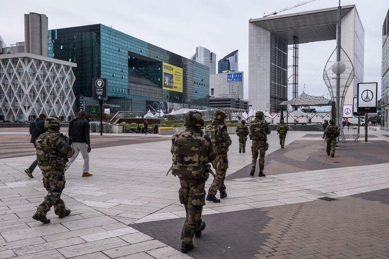 Soldaten in het Parijse zakendistrict La Défense Beeld anp