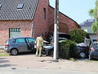 Woning en vier voertuigen lopen zware schade op na  aanrijding in Moerzeke