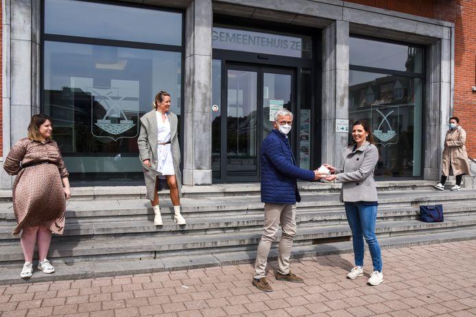 Brenda Audenaert (rechts) won de hoofdprijs: een geschenkbon ter waarde van 250 euro.