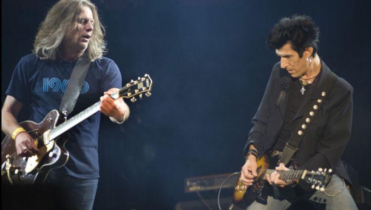 Willy Willy (rechts) van The Scabs ranselde en koesterde zijn gitaar afwisselend. Beeld UNKNOWN