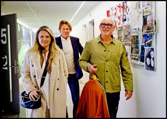 Rene van der Gijp komt aan met zijn verloofde Minouche. Daarachter Hans Kraay jr.