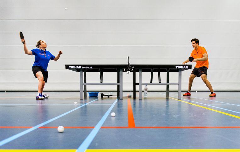 Paralympisch tafeltennissers Kelly van Zon (links) en Jean-Paul Montanus tijdens een training op Papendal. Van Zon won op de Paralympics van 2012 en 2016 goud. Montanus werd in 2015 en 2019 Europees kampioen. Ze hebben zich geplaatst voor de Paralympische Spelen van Tokio, die over 162 dagen beginnen. Beeld Klaas Jan van der Weij