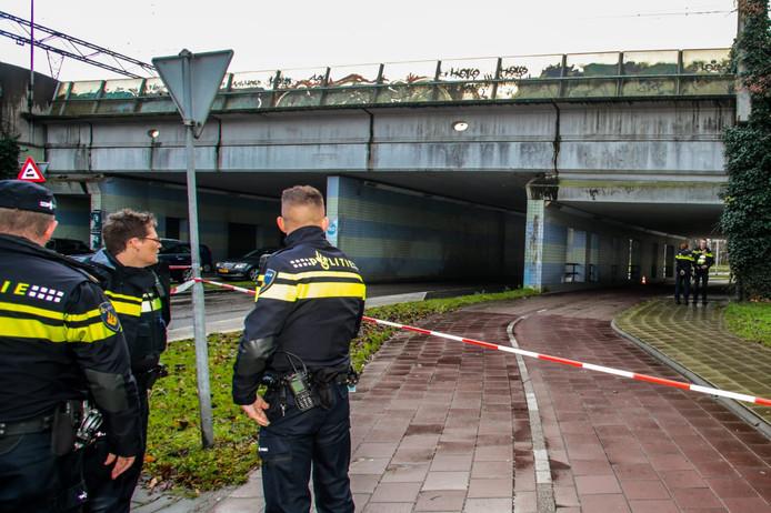 De politie doet onderzoek bij het viaduct net voor de kruising van de Karel Doormanlaan met de Stationsweg.
