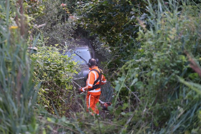 auto raakt van de weg in Sprang-Capelle