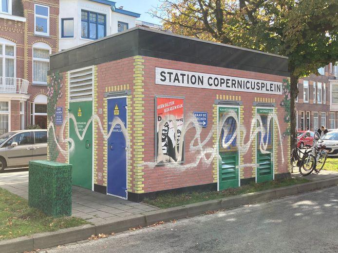 De muurschildering van Van Kooten en De Bie is beklad