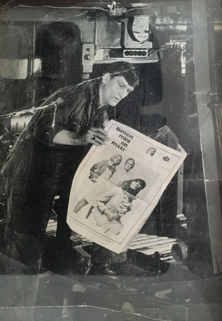 Egbert de Boer in zijn jongere jaren op de drukkerij waar de Volkskrant werd gedrukt. Beeld