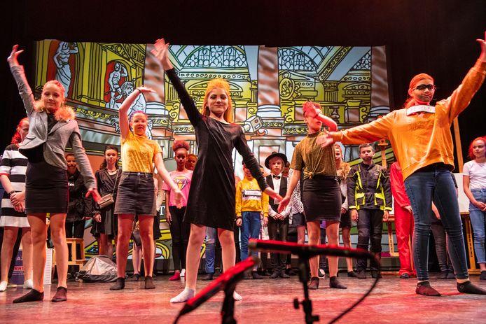 De afgelopen weken was theater De Voorveghter het decor voor zestien schoolmusicals, die professioneel werden geregistreerd met vijf camera's. Hier repeteert groep 8 van de Bloemenhofschool nog even voor de start van de opnamen.