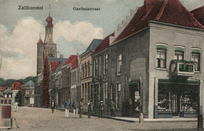 Een ansichtkaart van de Gasthuisstraat uit 1915. Op nummer 14, waar nu restaurant Perla di Caïro is gevestig, was de winkel van de familie Van Dijk.