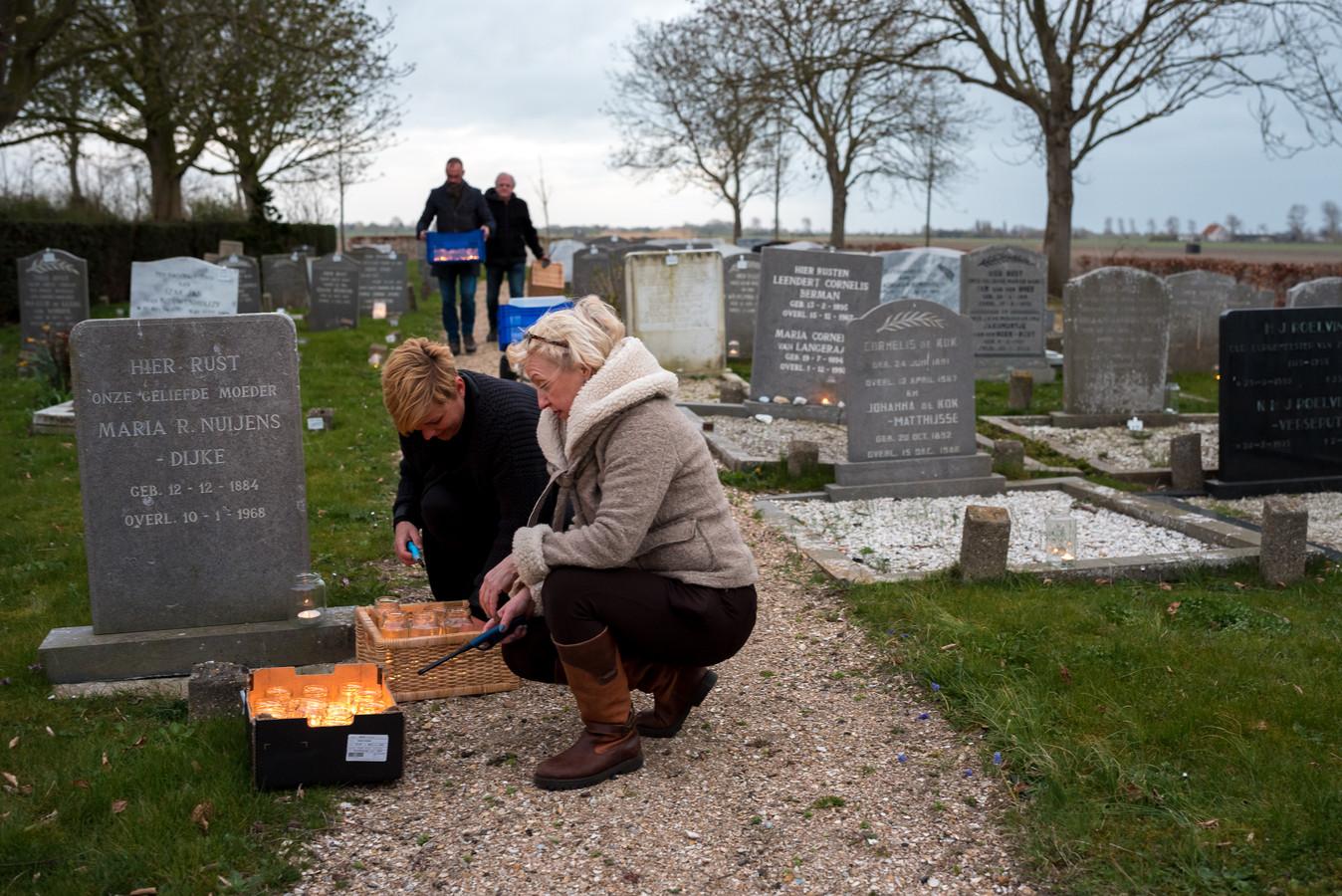 Dorpsgenoten hebben meegeholpen met het verzamelen van de ruim 700 potjes. Op Stille Zaterdag brandt er bij elk graf een kaarsje.