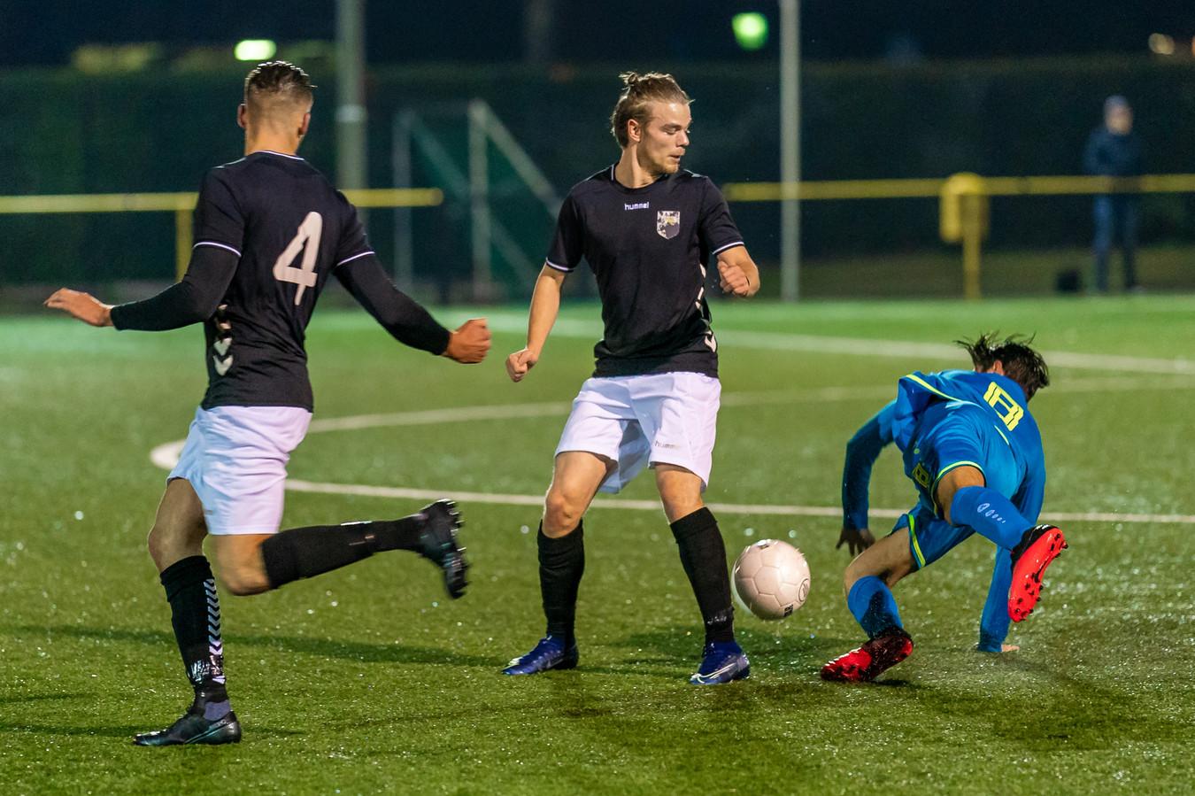 HAVO-Brakkenstein (gespeeld in Nijmegen): de laatste wedstrijd voor de lockdown: Sven Meuwsen (4) en Bas van Gaal in duel met een speler van Brakkenstein.