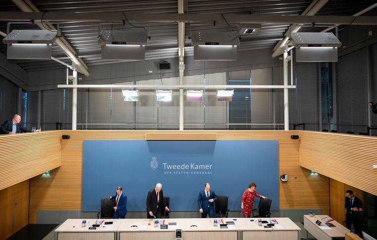 Commissieleden tijdens de vierde dag van de hoorzittingen van de tijdelijke commissie die onderzoek doet naar problemen rond de fraudeaanpak bij de kinderopvangtoeslag.  Beeld Freek van den Bergh / de Volkskrant