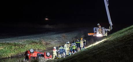 Auto belandt ondersteboven in sloot in Schoonrewoerd: bestuurder komt om het leven